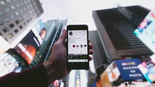 impact-ai-op-influencer-marketing-dibbes-foto-van-mobiel-in-hand-stad